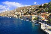небольшие лодки и дома на острове сими, греция — Стоковое фото