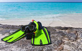 Tillbehör för snorkling-mask, fenor, tube-lay på sand — Stockfoto