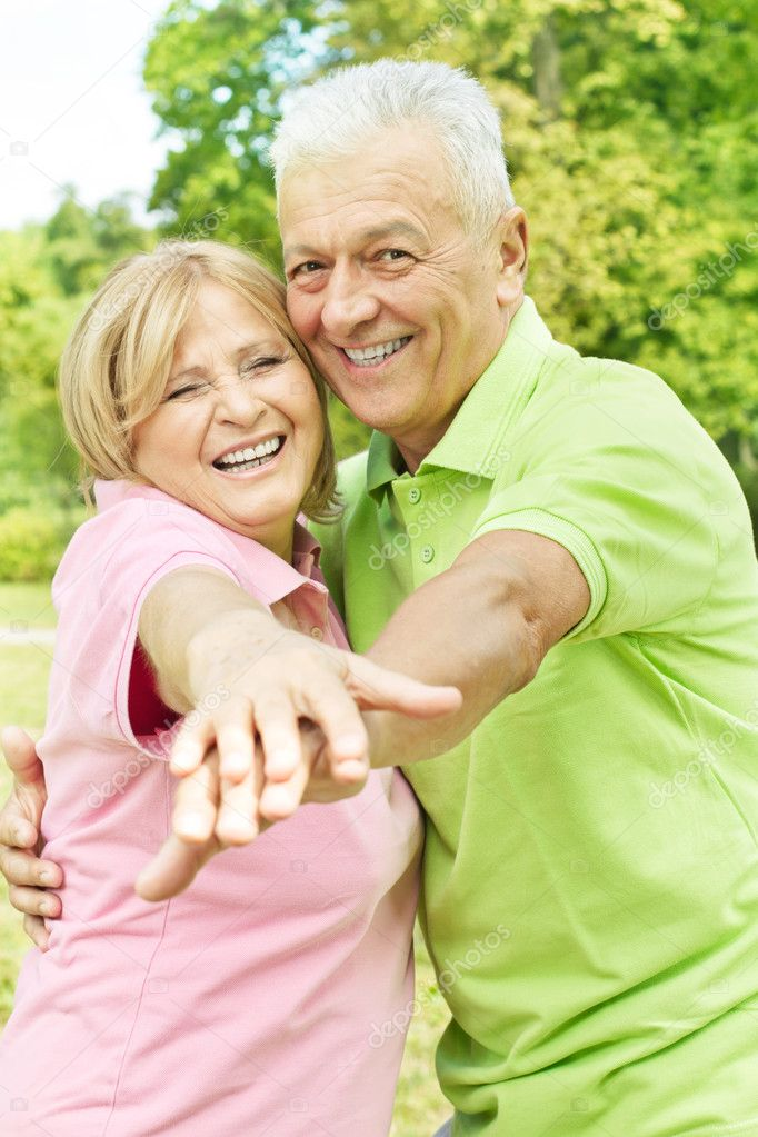 Portrait of a happy senior couple enjoying in the park. — Stock Photo #6787379