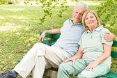 Romantische senior koppel ontspannen — Stockfoto
