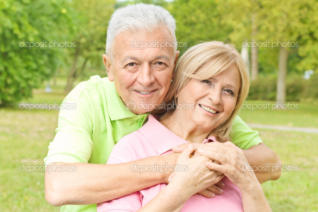 Фото со стока - Макрофотография портрет счастливый пожилой мужчина охватыва