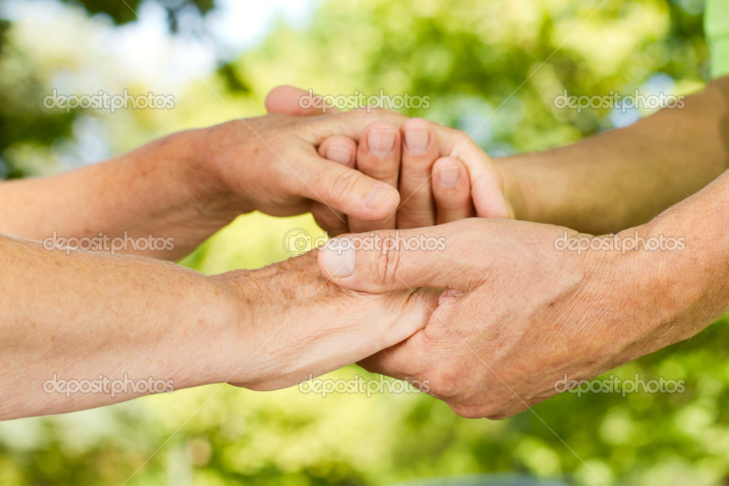 Closeup of senior couple hands holding together outdoors. — Stock Photo #7009634