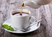 Despejando chá chá — Foto Stock
