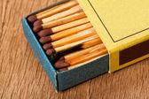 Nahaufnahme von einem brennen passen in eine streichholzschachtel — Stockfoto