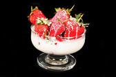 躺在奶油草莓 — 图库照片
