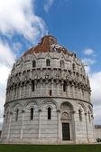 比萨-在广场 dei miracoli 的圣约翰洗礼堂 — 图库照片