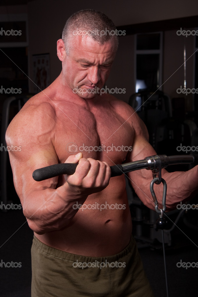 Bodybuilder training in a gym — Foto Stock #6888427