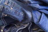 сложить новые синие джинсы — Стоковое фото