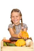 Liten flicka med grönsaker. isolerade över vita — Stockfoto