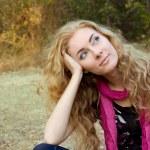 mulher sobre fundo de outono — Foto Stock