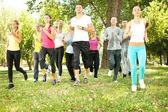 Grand groupe de jogging dans le parc — Photo