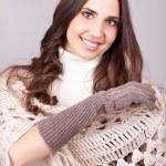 Улыбающаяся девочка с большой шарф — Стоковое фото #6916391