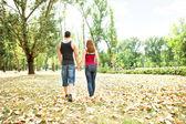 Para zakochanych, krótkiego spaceru — Zdjęcie stockowe