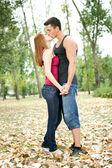 Coppia nel parco d'autunno — Foto Stock