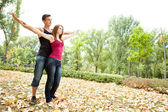 Couple avec les bras tendus — Photo