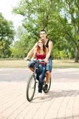 Glückliches paar auf einem fahrrad — Stockfoto