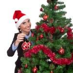 vrouw Kerstmis bal zetten kerstboom — Stockfoto #7801235