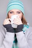 冬の女の子はお茶を飲む — ストック写真