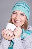 Ler vintern flicka med mugg — Stockfoto