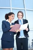 Iki başarılı iş kadınları — Stok fotoğraf