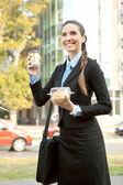 Imprenditrice sorridente con colazione — Foto Stock