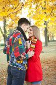 Kissing under tree — Stock Photo