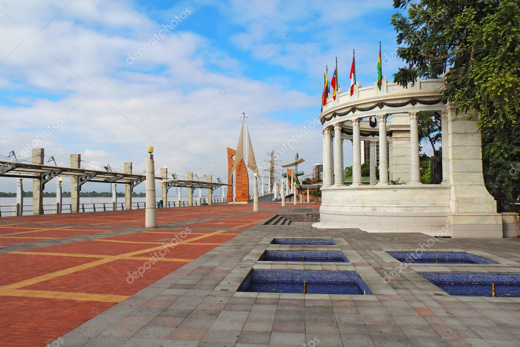 View down the Malecon 2000 near the intersection with the  Avenue 9 de Octubre at the riverfront near the center of Guayaquil, Ecuador  — Stock Photo #6769736