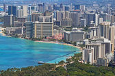 Spiaggia di waikiki e lo skyline di honolulu, hawaii — Foto Stock