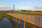 Gångväg över ett träsk till bodie island fyr — Stockfoto