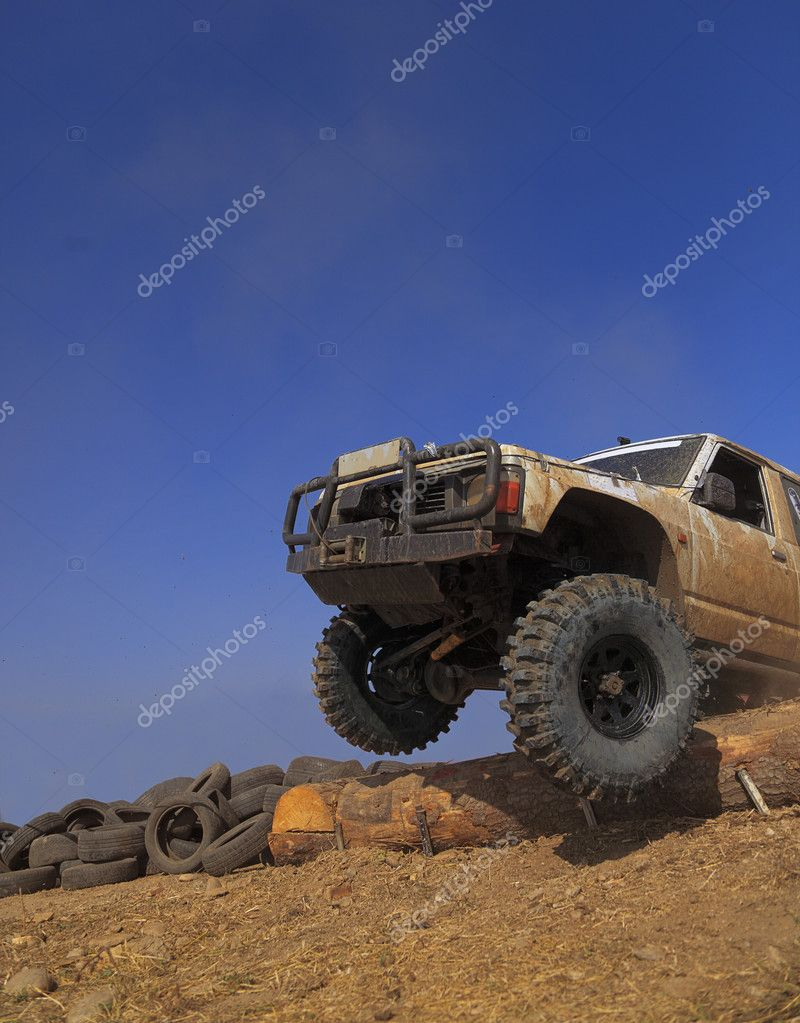 Off road car passing a tree trunk obstacle during a competition. — Stock Photo #6750924