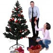 Decorating the Christmas tree — Stockfoto