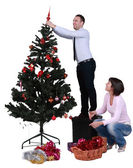 Decorando a árvore de Natal — Fotografia Stock
