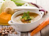 Soupe de légumes avec des ingrédients — Photo