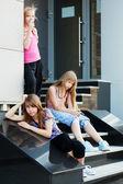 Tienermeisjes ontspannen op een winkel stappen — Stockfoto