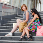 两个年轻妇女与购物袋 — 图库照片 #6826628