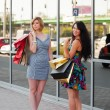 Young women shopping — Stockfoto