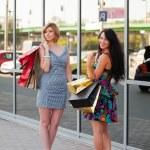 年轻女性购物 — 图库照片 #6826630