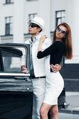 Retro bir araba ile genç bir çift — Stok fotoğraf