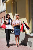 Two young women shopping — Stockfoto