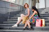 Dos mujeres jóvenes con bolsas de compras — Foto de Stock