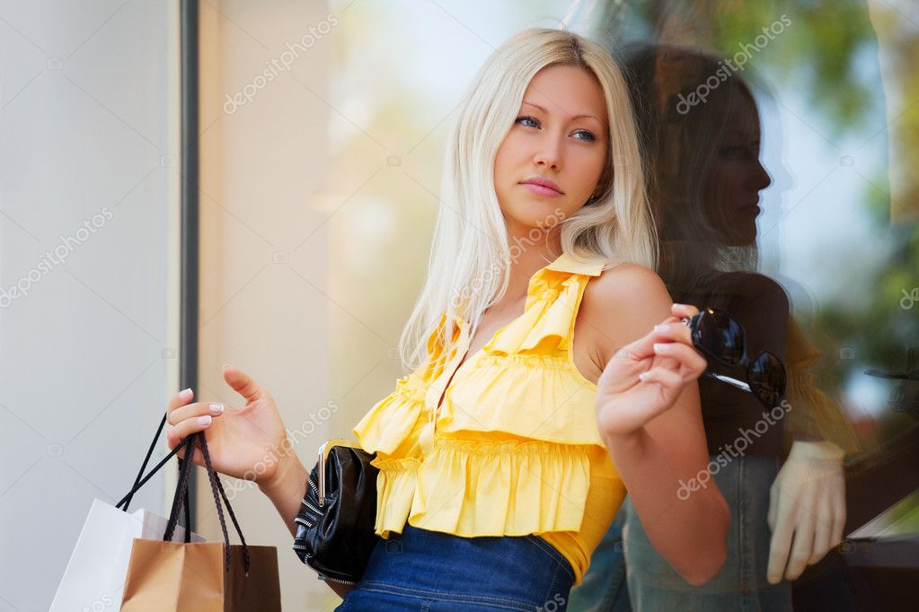 Young woman against a shop window — Stock Photo #6858615