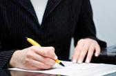 Assinatura contrato de empresária — Fotografia Stock