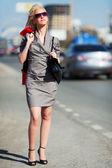 Mladá žena na ulici ve městě — Stock fotografie