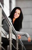 Jovem mulher, inclinando-se sobre o corrimão — Foto Stock