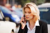 Joven empresaria llamando al teléfono móvil — Foto de Stock