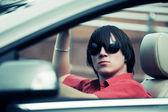 Mladý muž řízení cabrio — Stock fotografie