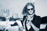 Kobieta interesu na przeciwko ruchu miejskim — Zdjęcie stockowe