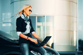 Businesswoman with laptop — Stockfoto