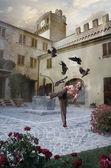 Hombre entrena artes marciales en armonía con la naturaleza — Foto de Stock