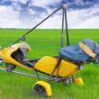 Motorized hang glider over green grass — Stock Photo